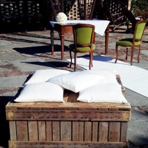 Cassoni in legno con cuscini
